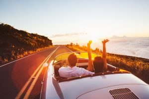 Couple heureux en vacances en auto